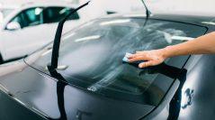 Przyciemnianie szyb samochodowych jako sposób na komfortową jazdę