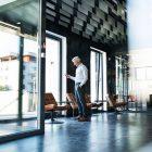 Drzwi ze szkła – gdzie się sprawdzą i dlaczego są estetyczne?